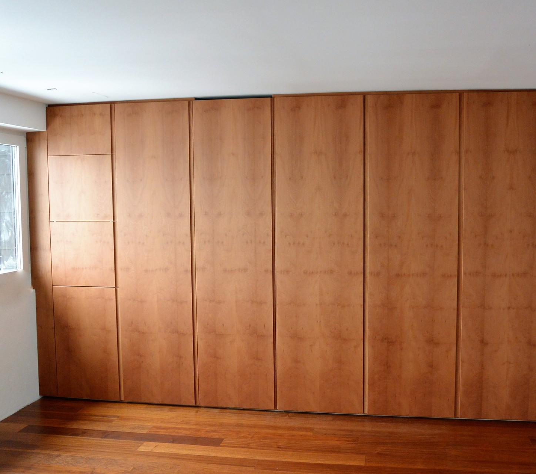 beidseitig bedienbarer Einbauschrank, Raumtrenner zwischen Küche und Büro, grifflos in Platane furniert