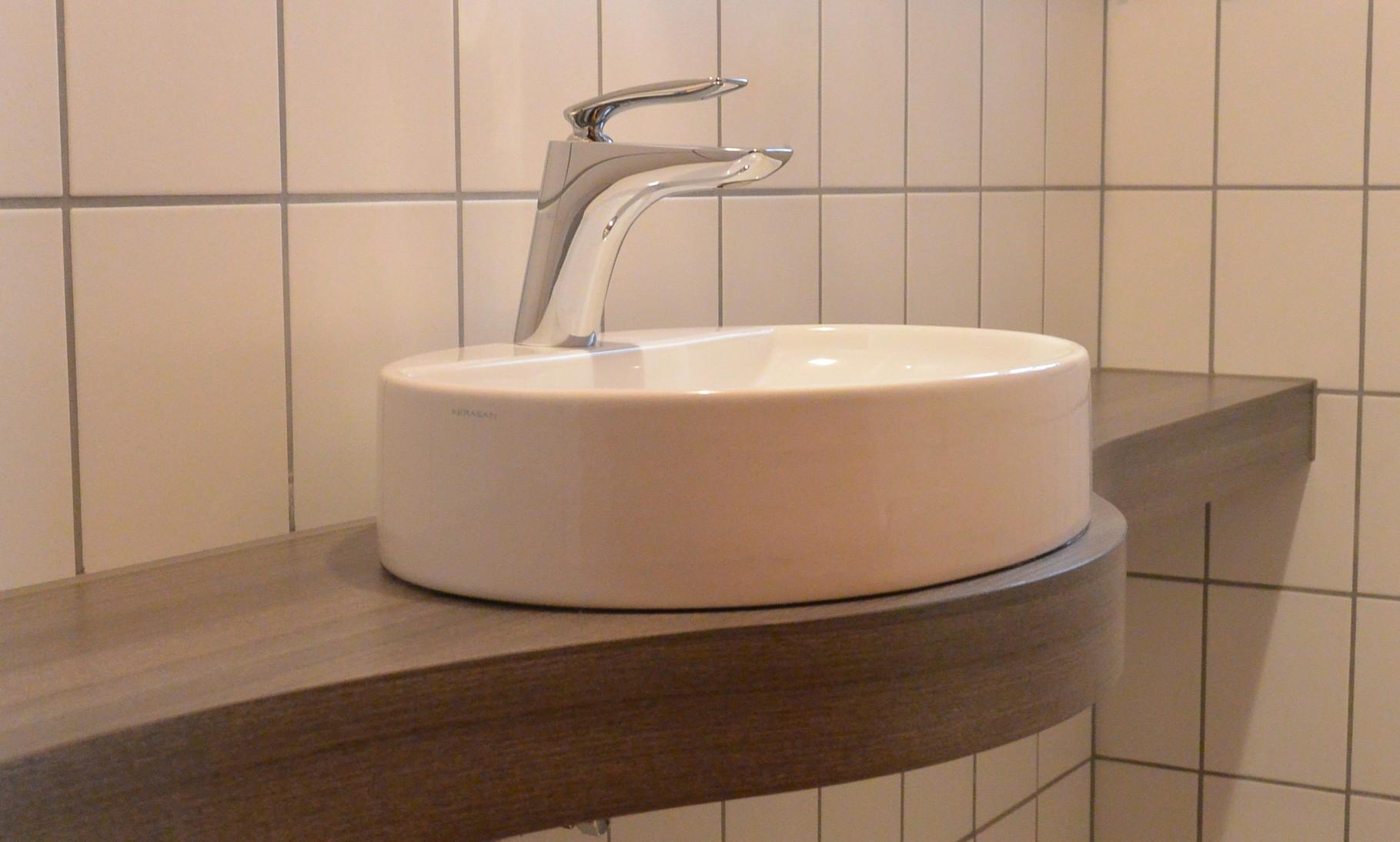 Waschtischplatte geschwungen in Holzdekor ideal für das kleine Gäste-WC