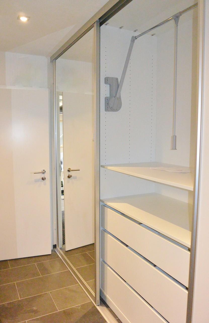 Mittig, oben Kleiderlift unten Schubladen für Mützen, Schal und Co.