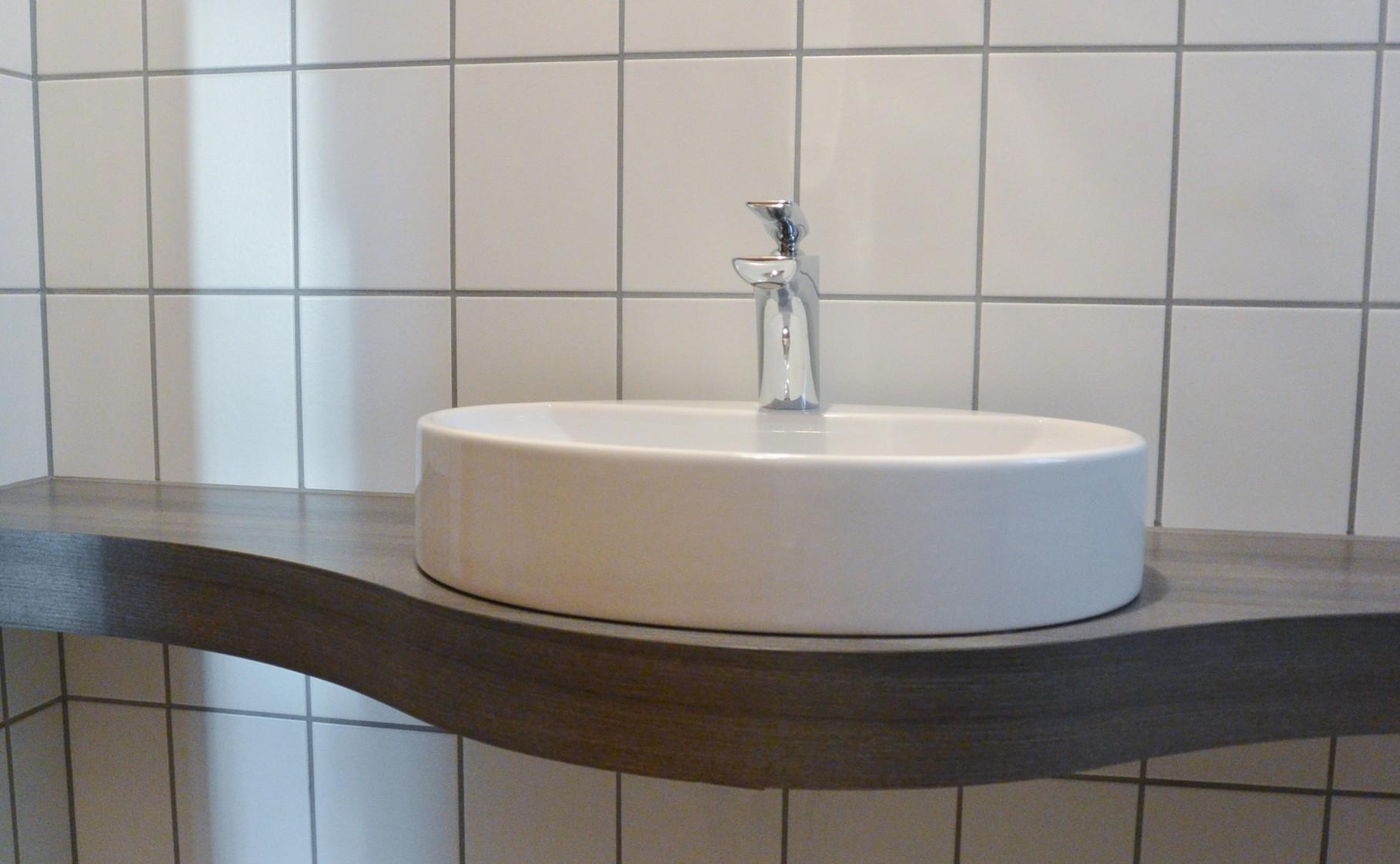 Waschtischplatte geschwungen wie Waschbecken in Holzdekor für Gäste WC