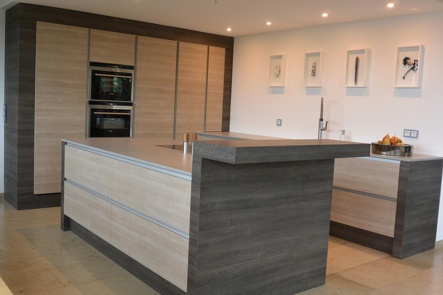 Inselküche mit Dekton-Arbeitspaltte Strato in grau