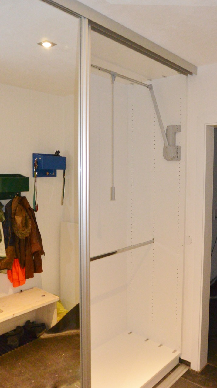 Oben einen Kleiderlift, darunter Kleiderstange für die KInder erreichbar