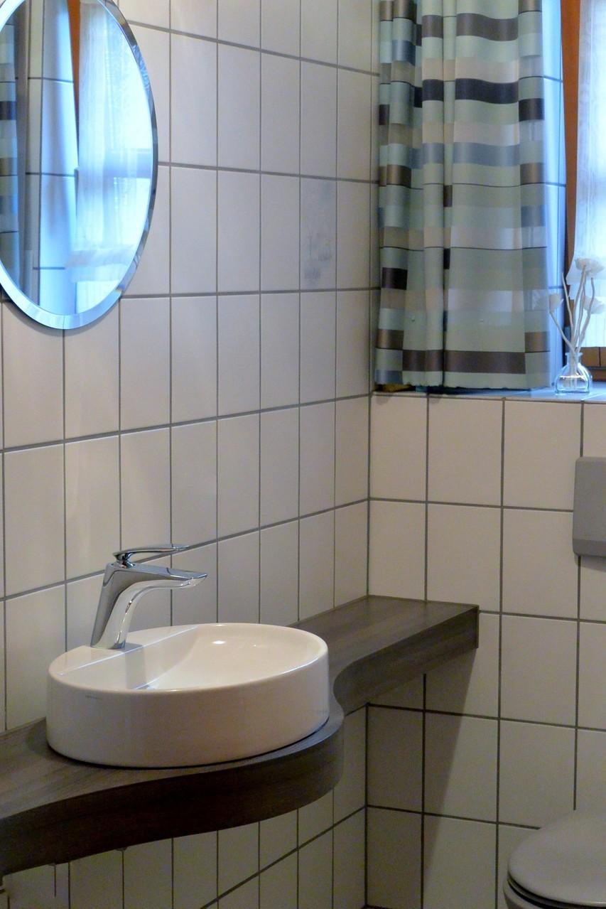 Geschwungene Waschtischplatte 6 cm stark, in dunklem Holzdekor, Schichtstoff belegt mit ovalem Aufsatzbecken