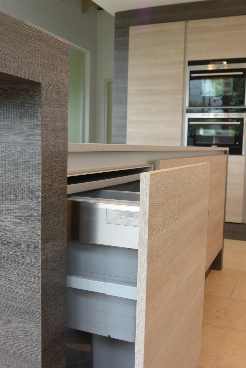 Kücheninsel mit Mülltrenner direkt unter der Areitsplatte