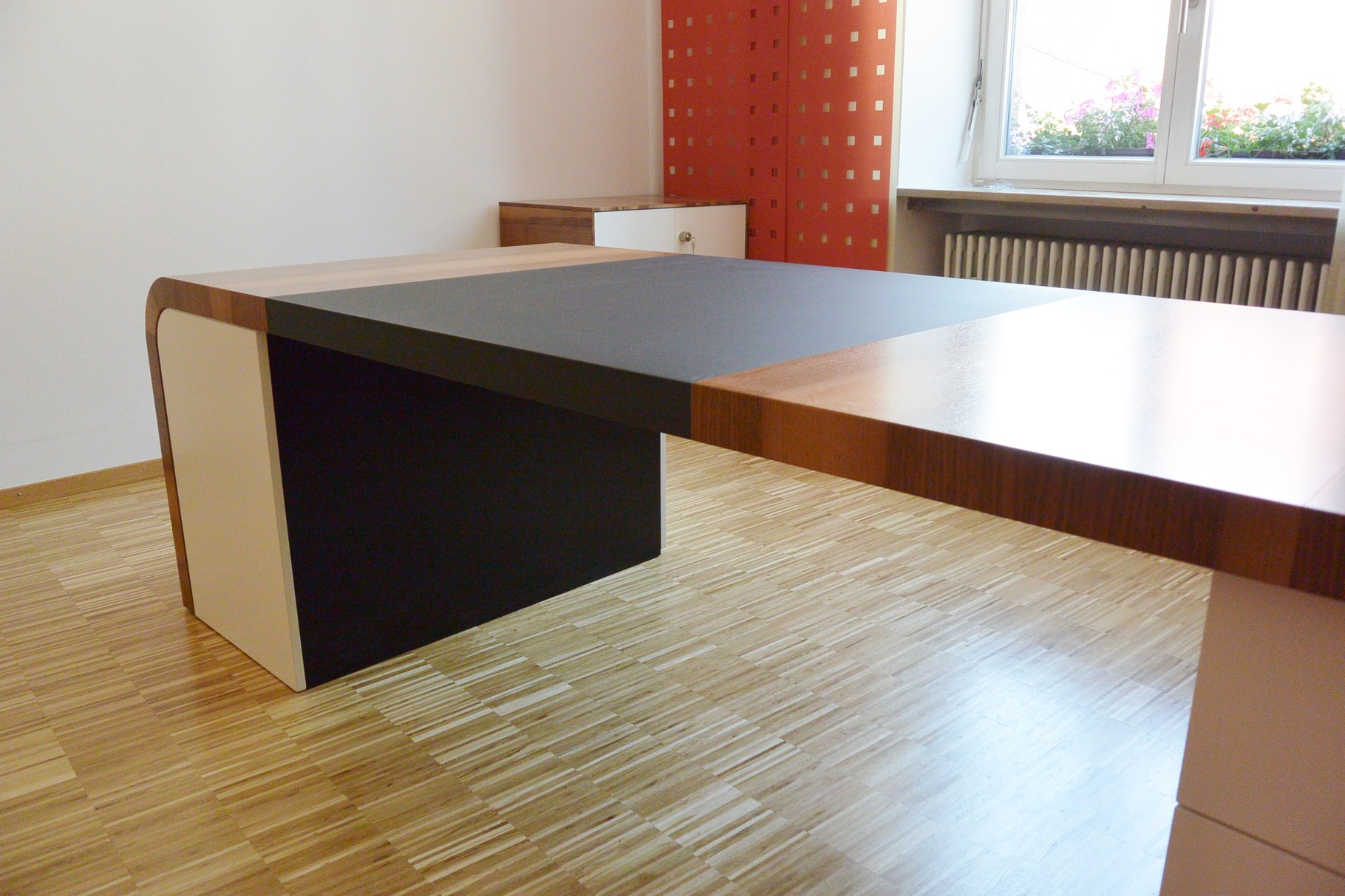 Schreibtisch mit eingelassenem Möbel-Linoleum