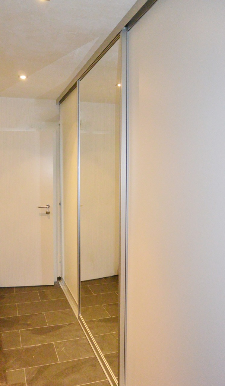 Gleittürschiebeschrank, 3 Schiebetüren, mittig Raumhohen Spiegel