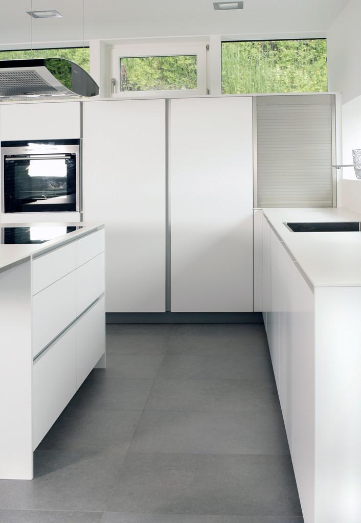Küche mit Griffleisten in weiß