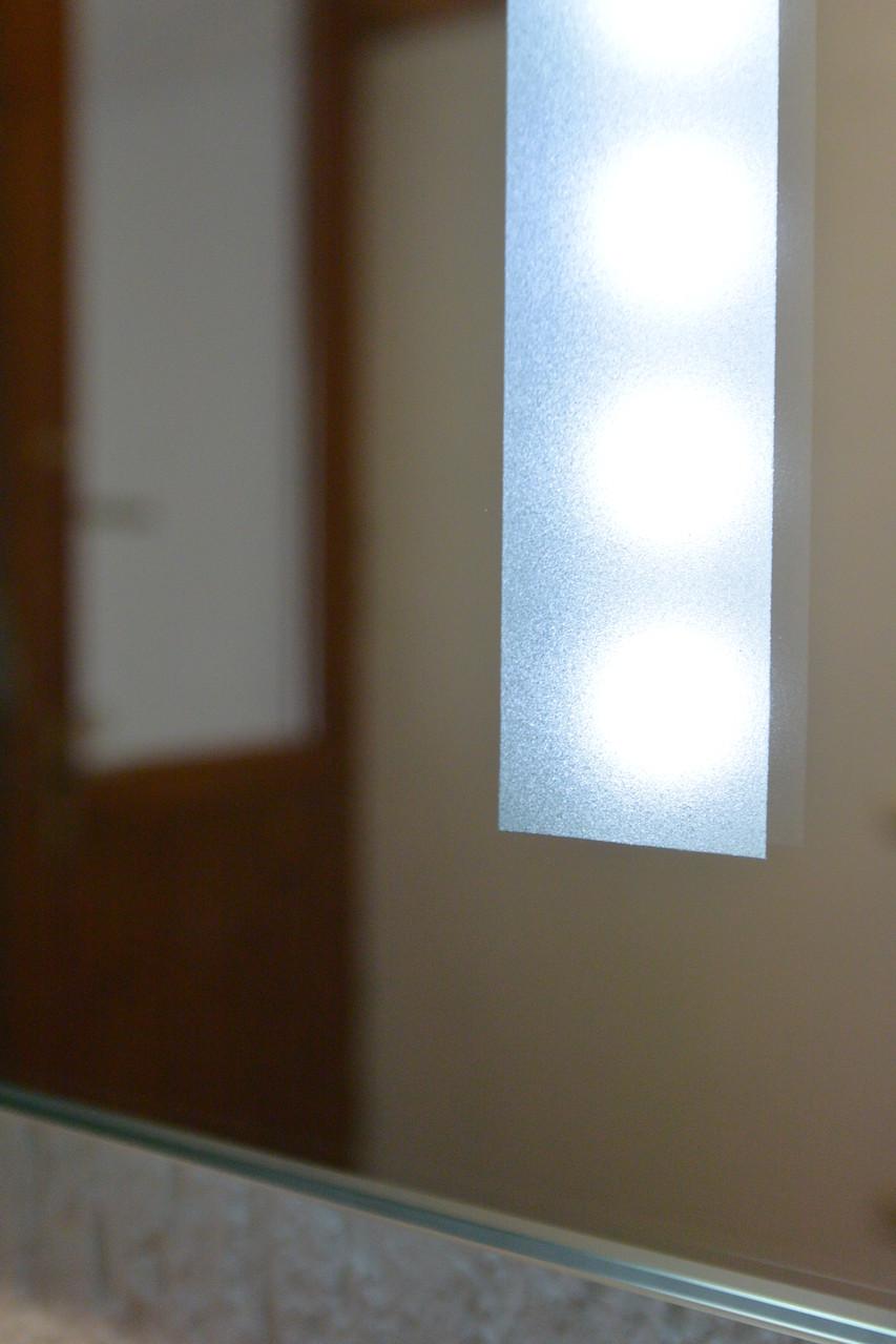 weißer Badunterschrank & Spiegel mit intergrieter LED Beleuchtung