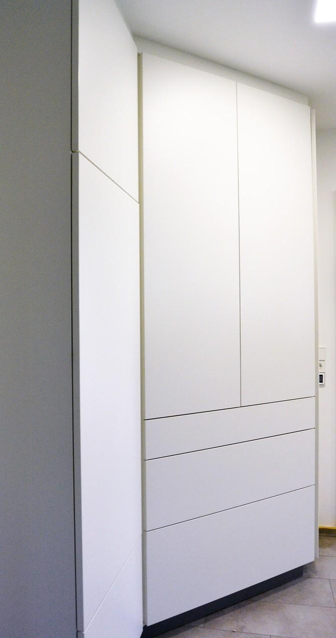 Kühlschrank wurde in den dahinter liegenden Abstellraum eingelassen