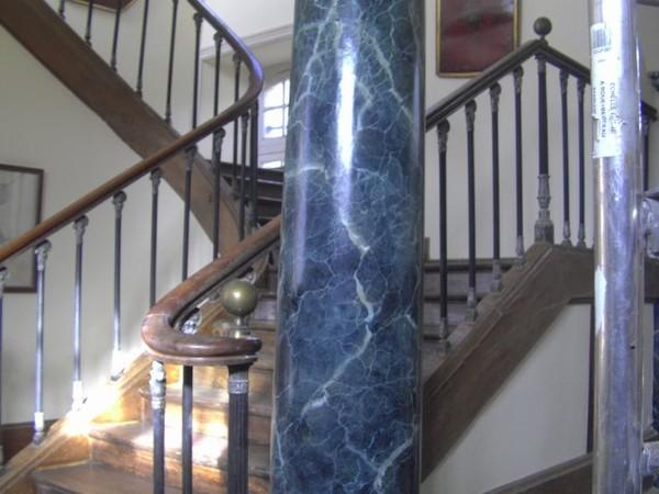 Colonne blanche en bois, peinte imitation marbre