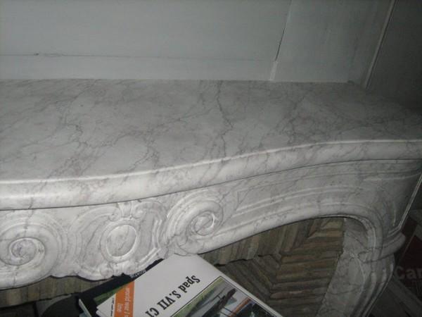 Cheminée faux marbre blanc veiné