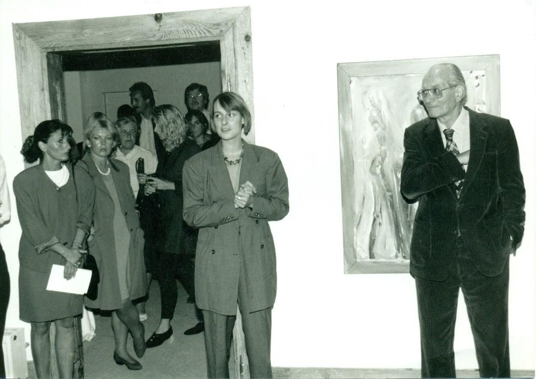 Eröffnung der Kunstwochen in den Ausstellungsräumen in den 80er Jahren durch Uscha Welte-Joos ( im Bild vorne)