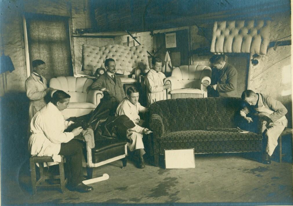 Ernst Krauß ( im Bild links hinten ) um 1920.