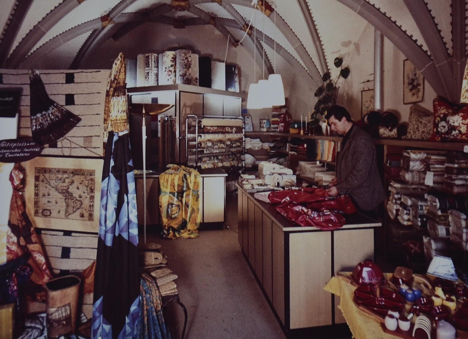 Hermann Welte in seinem Ladengeschäft in der Hauskapelle in den 70er Jahren