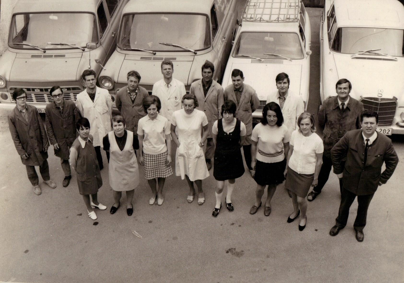 Unser Team vor der Firmenflotte in den 70er Jahren. Hermann Welte im Bild vorne rechts.