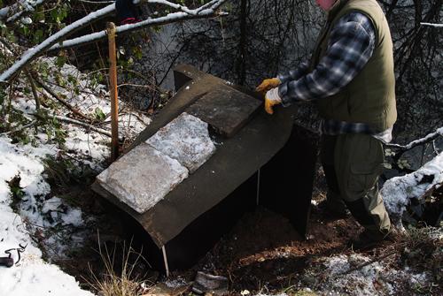 Arbeitsschritte beim Bau einer Eisvogelbrutwand (Foto: Achim Schumacher)