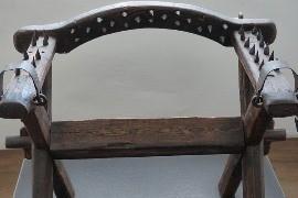 Krzesło to częsta przyczyna bólu pleców. Rehabilitację kręgosłupa możesz wykonać w gabinecie na Bielanach, ale możesz też ćwiczyć kręgosłup samodzielnie!