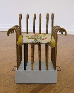 Platz an der Sonne - 04 - Holz, PU, Lack, Metall, Textil, Federn - 85 x 70 x 60
