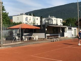 Clubhaus mit Freisitz und Sonnenschirm