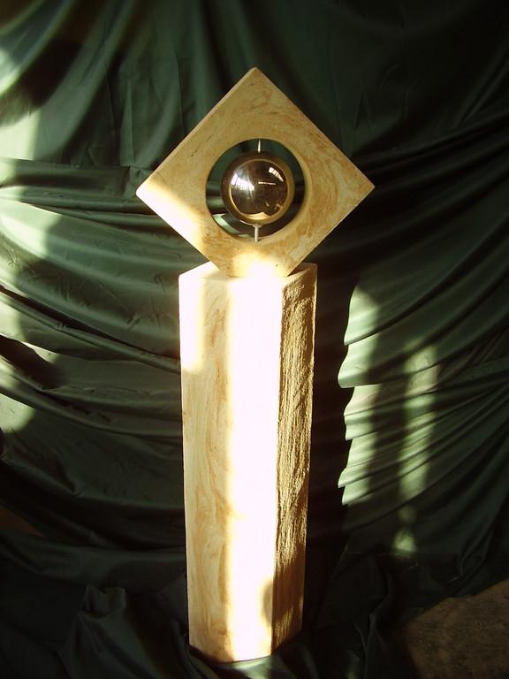 Stele (100 cm) mit offenem Quadrat (30x30 cm - diagonal 42 cm) und Edelstahlkugel 142/24/24 cm  Art.-Nr. 557s