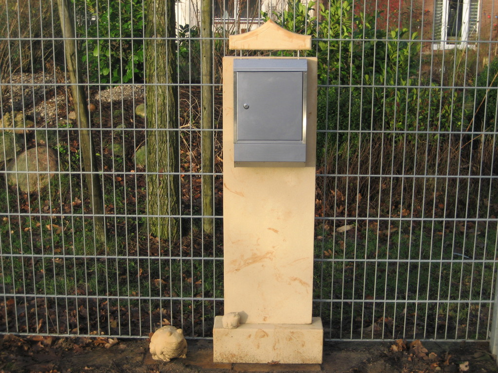 """Säule 2 """"Postkasten"""" mit Aufsatz (ohne Briefkasten) mit Sockel 160h/40b/10t  Art.-Nr. 549s"""