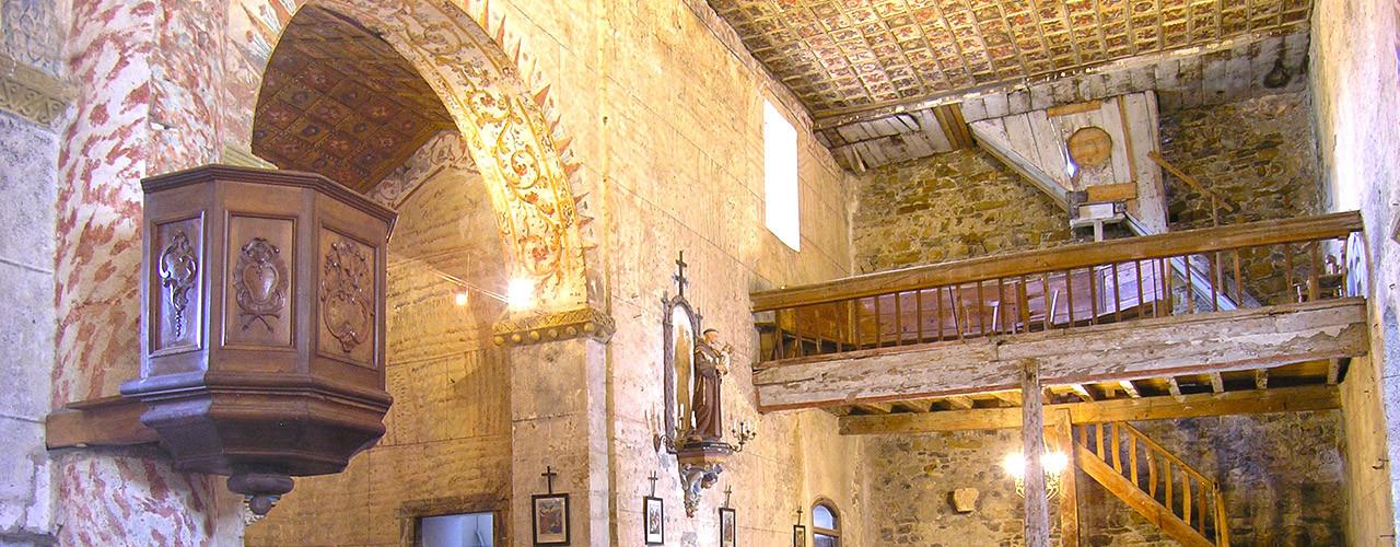 Interieur de l'église romane de Vic d'Oust
