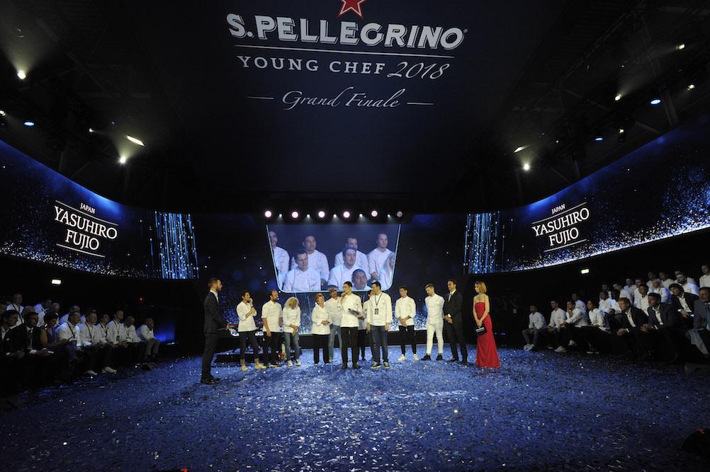 """Yasuhiro Fujio, Gewinner des """"S.Pellegrino Young Chef 2018"""", mit der internationalen Jury beim Finale 2018 in Mailand – Foto: S.Pellegrino"""