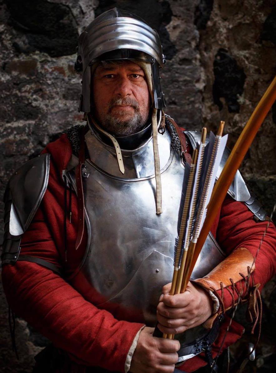 Douglas, englischer Bogenschütze macht das Victoryzeichen