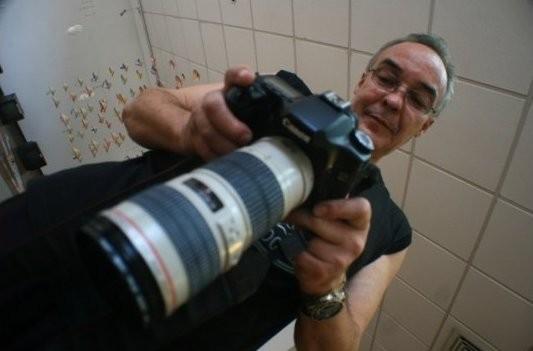 Mauricio, Photographe brésilien, vérifiant son matériel avant un shooting (Rio, Brésil)