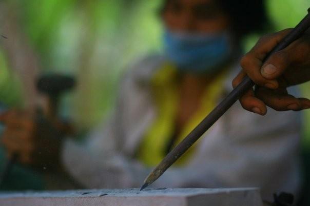 Tailleurs de pierre participant à la restauration des temples d'Angkor (Siem Reap, Cambodge)