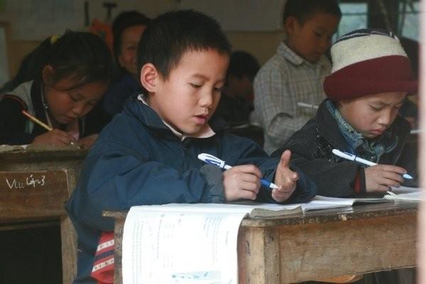 Elève studieux dans une école pour les minorités ethniques (Sapa, Viet Nam)