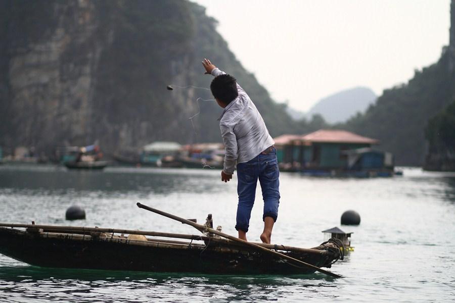 Enfant pêcheur (Ha Long, Viet Nam)