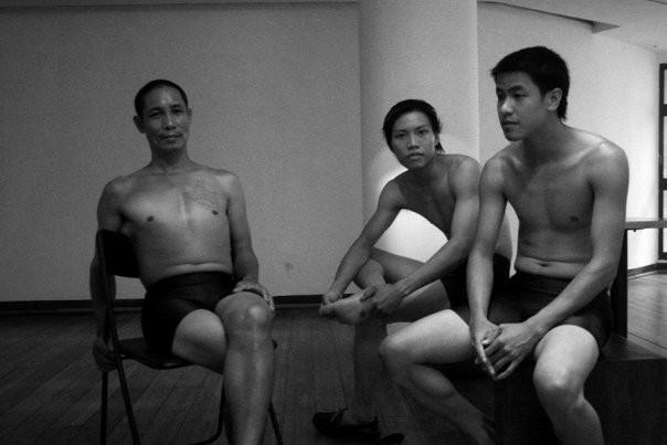 Danseurs attendant d'entrer en scène (Hanoi, Viet Nam)