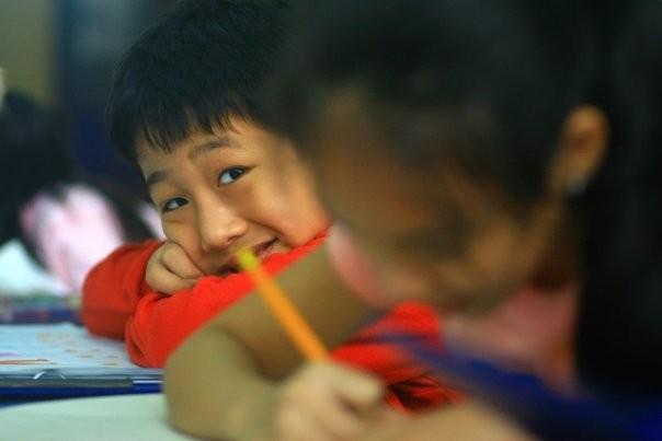 Elève taquin dans une école primaire (Hanoi, Viet Nam)