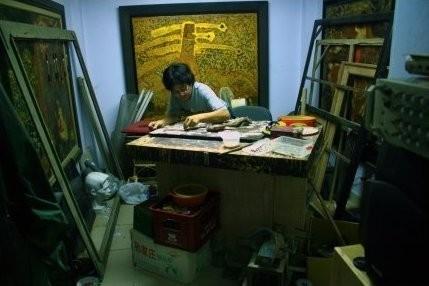 Maître laquier dans son atelier (Hanoi, Viet Nam)