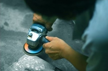 Maître laquier peaufinant son oeuvre (Hanoi, Viet Nam)