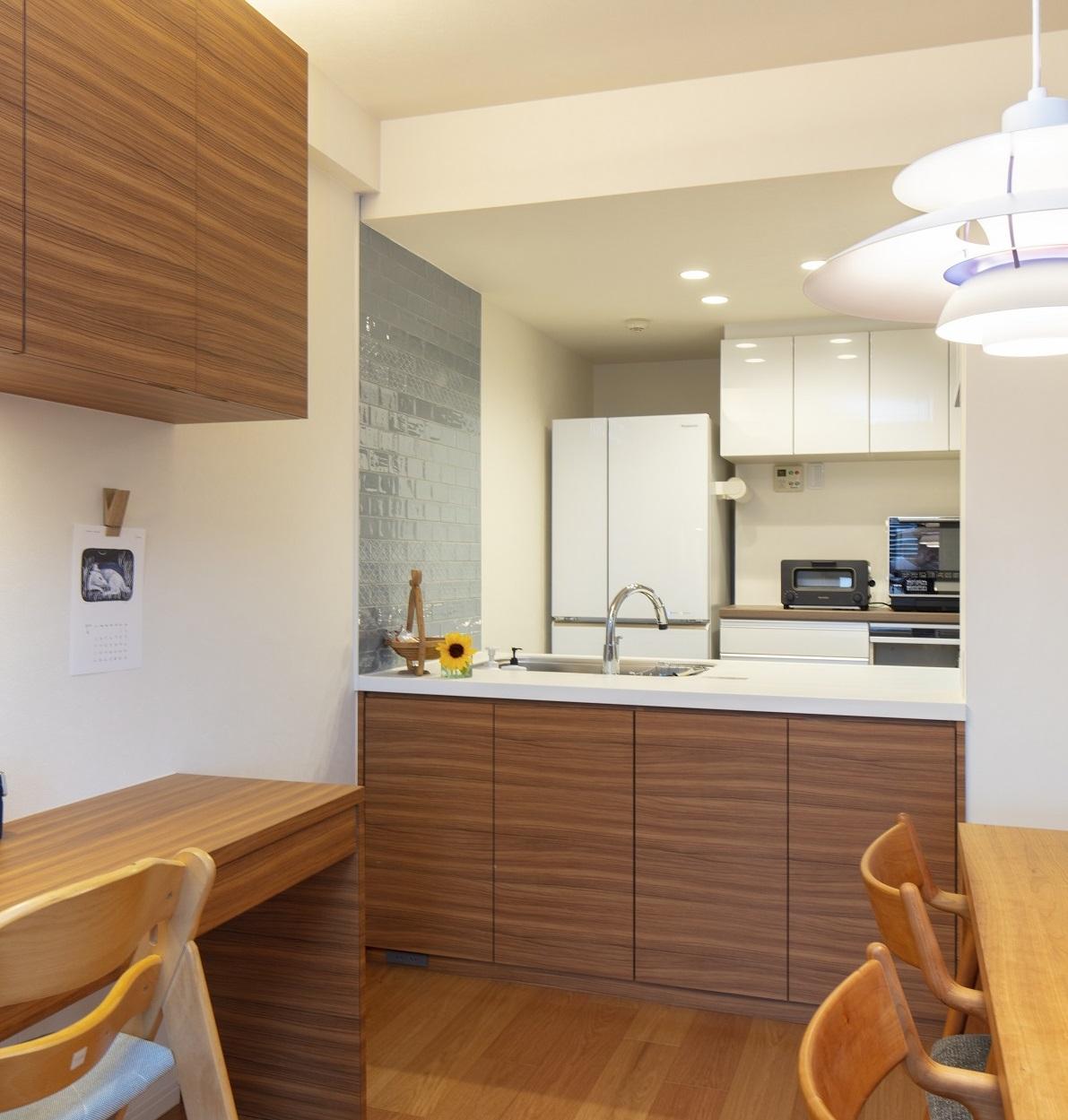 システムキッチンと組み合わせたカウンター収納