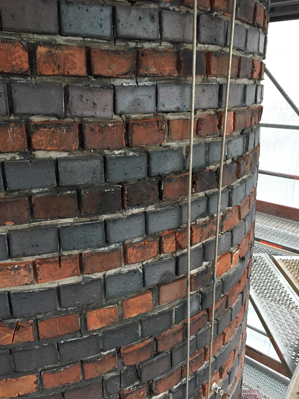 Sanierung Industrieschornstein -Ausräumen altes Fugennetz
