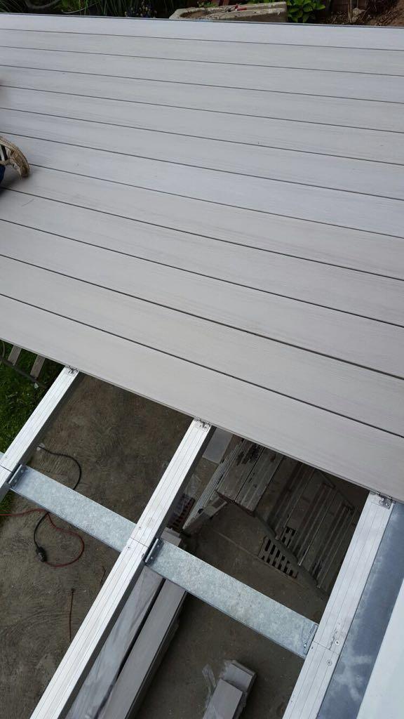 WPC- Terrassendiele, hellgrau, Sichtseite strukturiert// August 2016