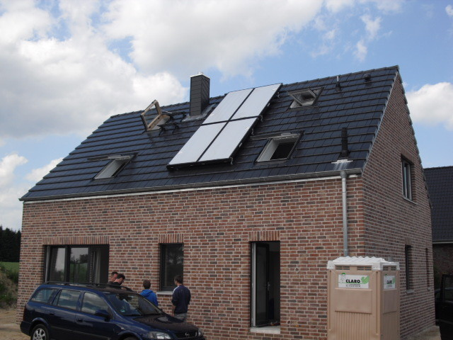 Tondachsteine mit Solaranlage und Dachflächenfenstern