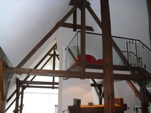 Ausbau einer alten Reetdachvilla mit sichtbarem Gebälk