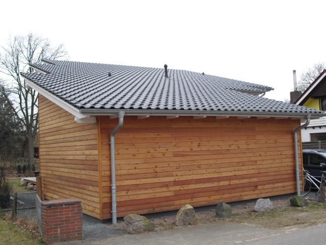 Dachfläche mit Tondachsteinen bei einem schlüsselfertig erstelltem Neubau mit Garage