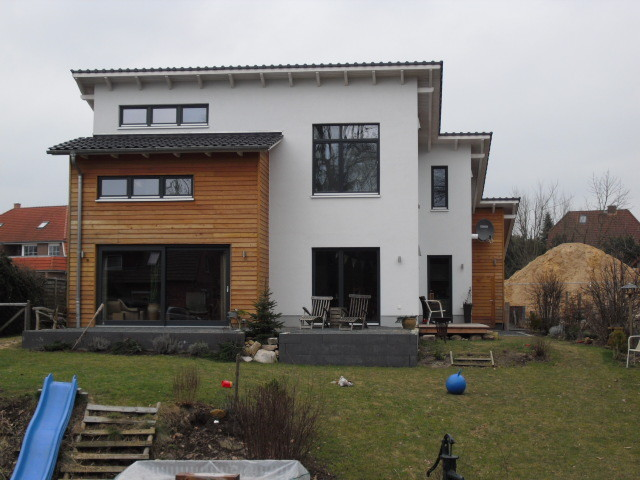 schlüsselfertiger Neubau in Holzrahmenbauweise mit Lärchenholz / Putz Kombifassade
