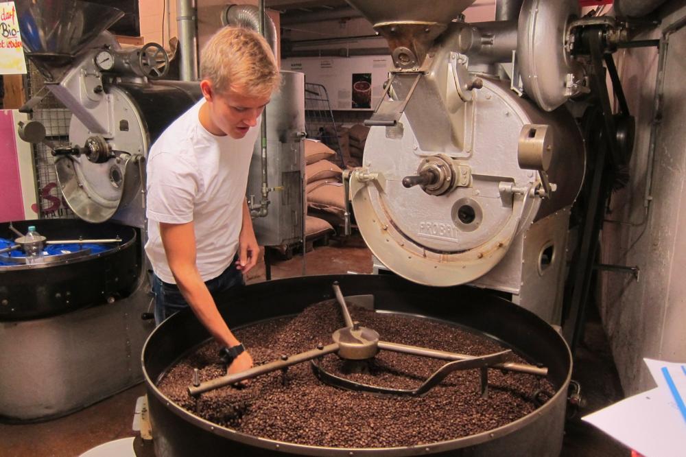 Kaffee Rösten Maschine Junger Mann Schenke Kaffee Genuss Schenke im Bahnhof