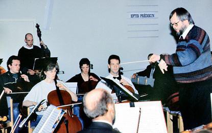 Andreas Wiedemann dirigiert 1999 in Island