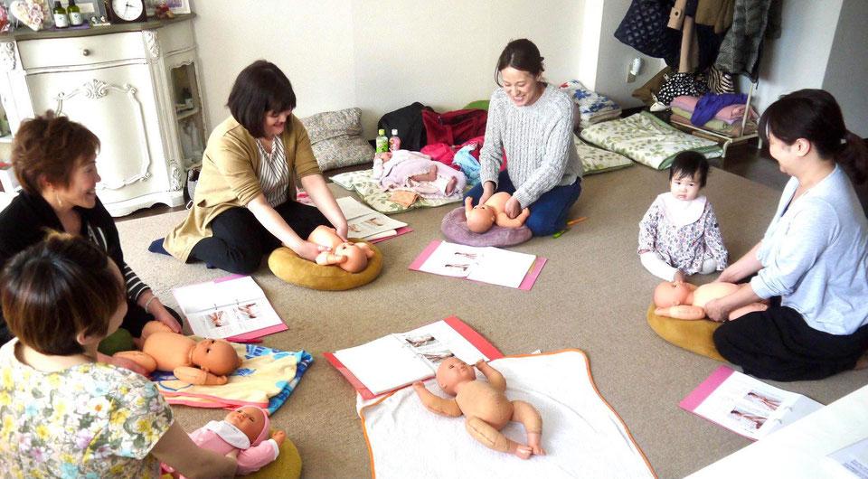 札幌市中央区にあるhocoruが開催するベビマセラピスト養成講座の受講の様子です