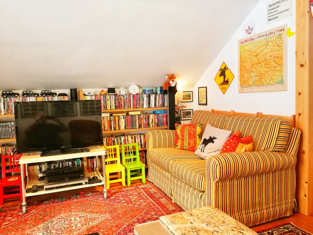 Sofa-Ecke im Wohnzimmer; statt TV aber Kino