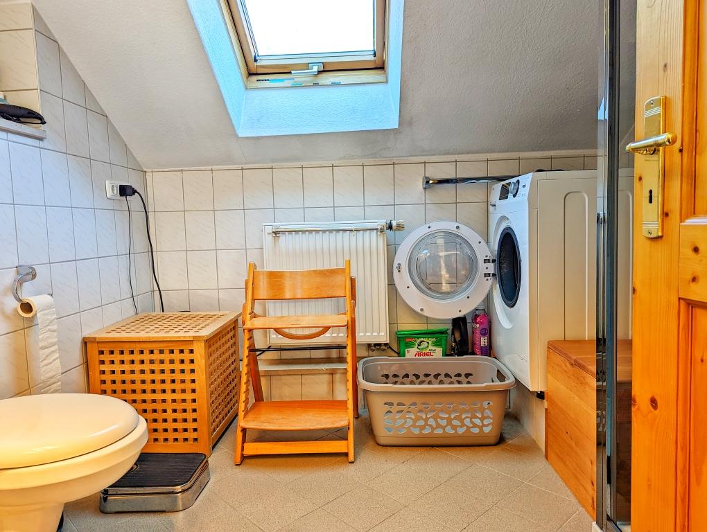 ... mit Fenster und Waschmaschine ...