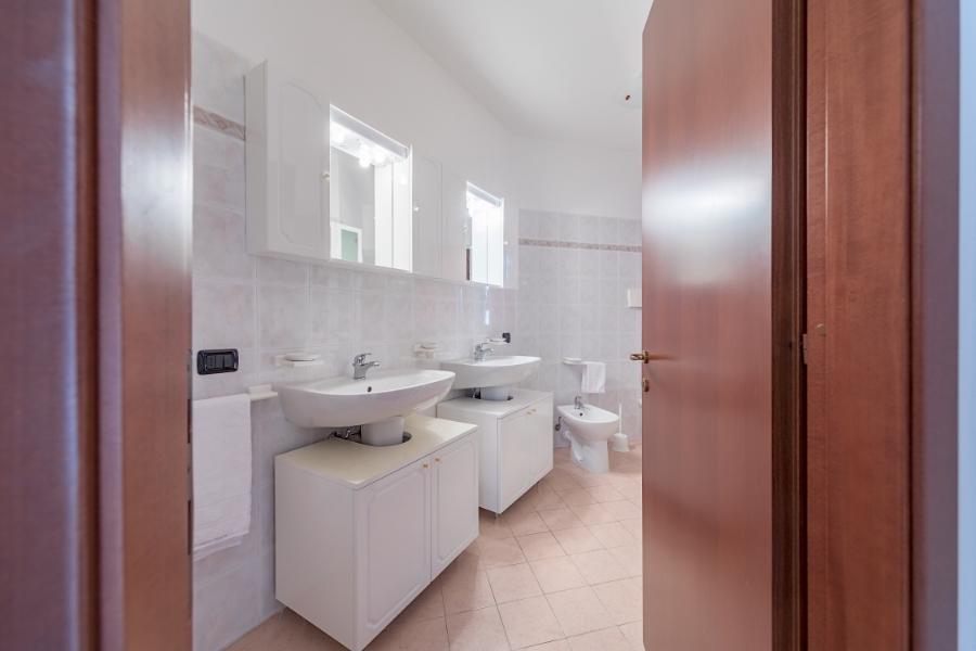 2nd Bathroom upstairs ...