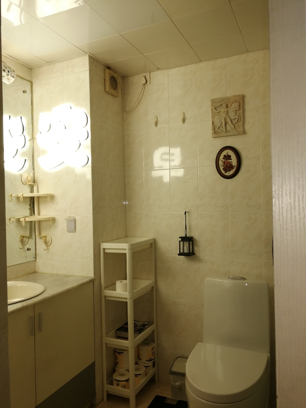 Small bathroom B, right hand from the Entry EN